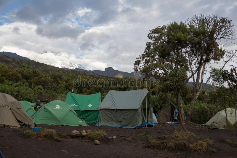 Bergsteigerzeltlager an Machame-Lager lizenzfreies stockfoto