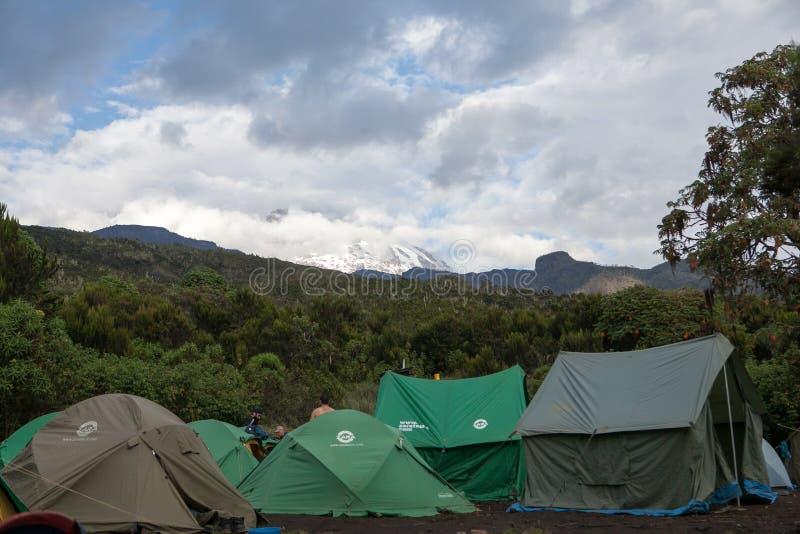 Bergsteigerzeltlager an Machame-Lager stockbild
