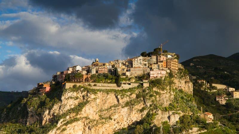 Bergstoppby av Castelmola royaltyfria foton
