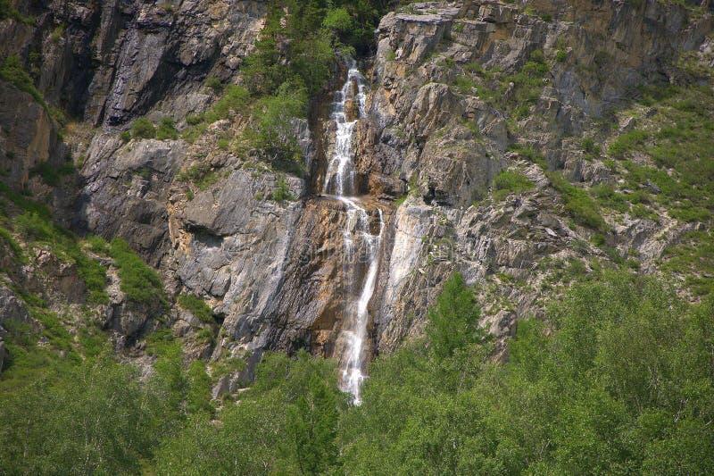 Bergström som flödar ner en vattenfall in i dalen Altai Sibirien, Ryssland Landskap royaltyfria foton