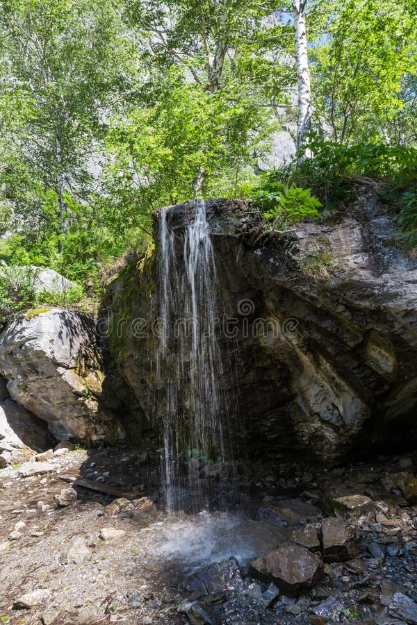 Bergstroom die een waterval in het bos, Altai, Rusland vormen royalty-vrije stock foto