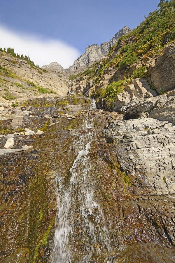 Bergstroom die onderaan de Helling meeslepen royalty-vrije stock afbeeldingen