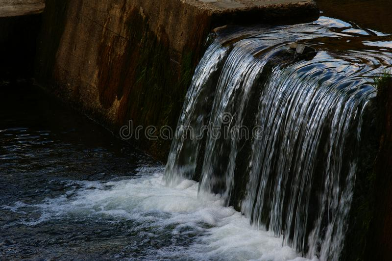 Bergstroom, waterval, cascade van de charmes van de zomeraard royalty-vrije stock foto