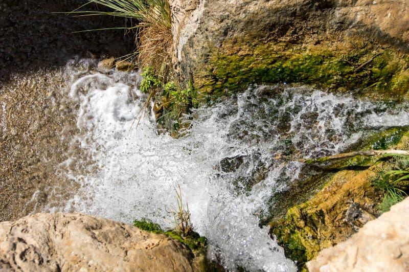 Bergstroom, waterval, mening van hierboven royalty-vrije stock fotografie
