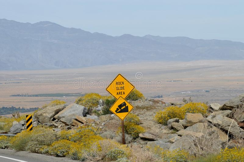 Bergsturz-Bereichs-Zeichen, das Borrego- Springslandschaft übersieht stockfotos