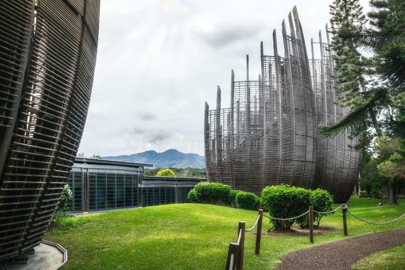 Bergsvy med uppgifter om byggnadskluster vid kulturcentret i Tjibaou arkivfoto