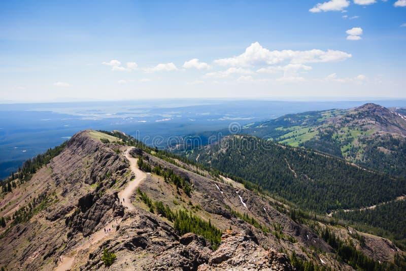 Bergtoppmöte royaltyfri bild