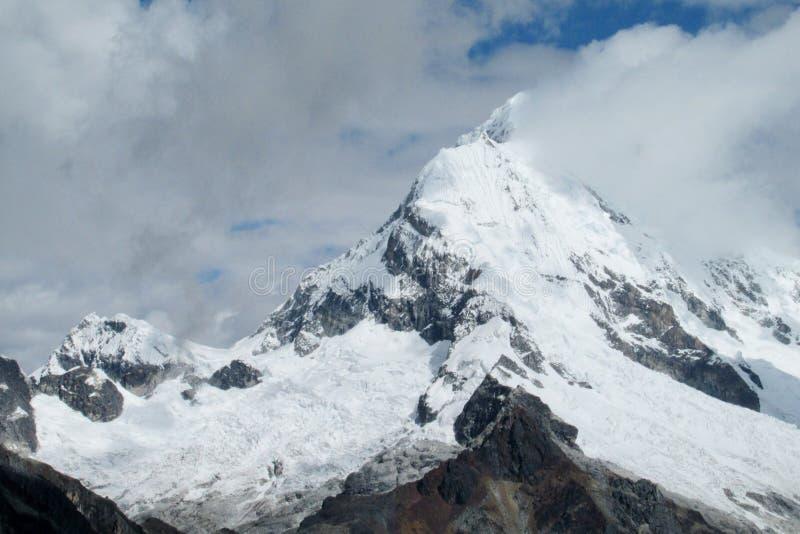Bergtoppmöte i moln arkivbild