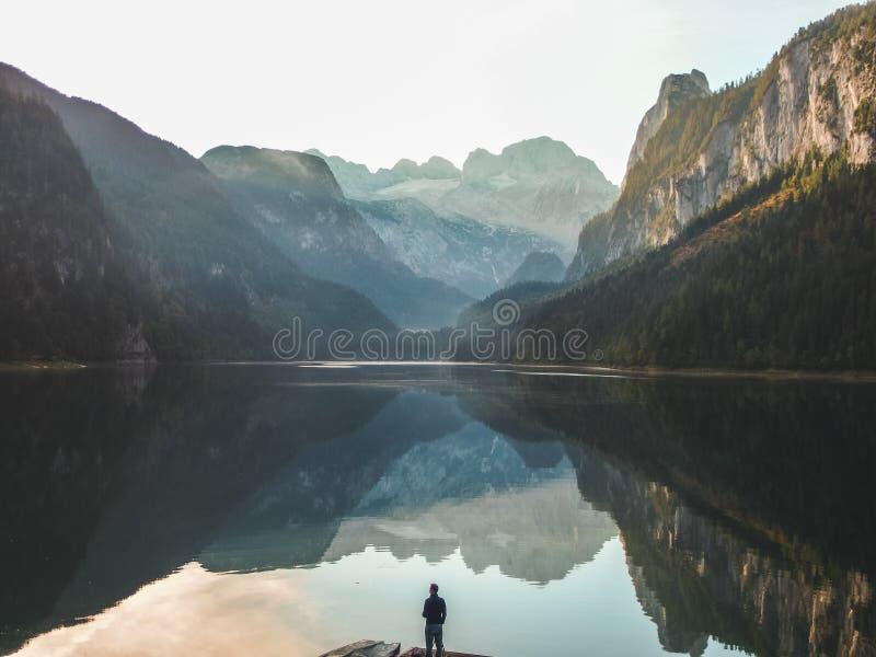 Bergtoppmöte som reflekterar i den kristallklara sjön royaltyfri bild