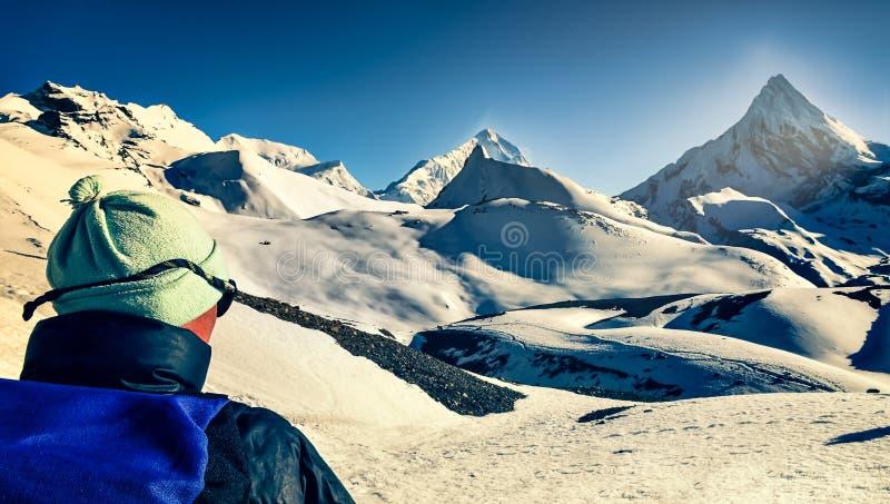 Bergtrekker in den hohen geschneiten Bergen, die im Abstand, Himalaja schauen stockfotografie