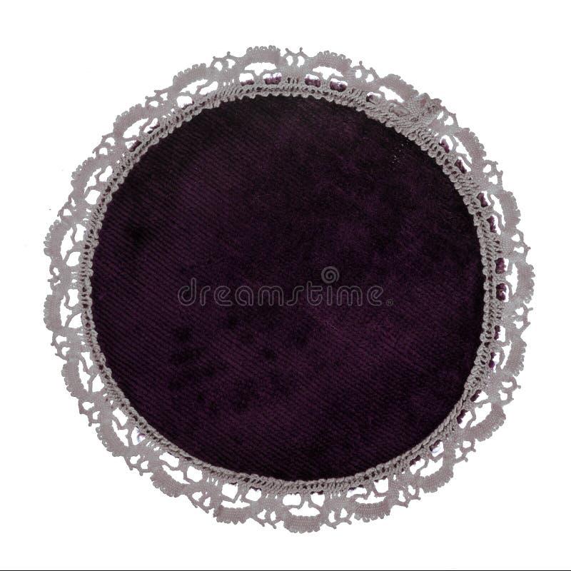 Bergundy天鹅绒梳妆台席子或小垫布,当鞋带边缘,被隔绝在白色背景 葡萄酒 免版税库存照片