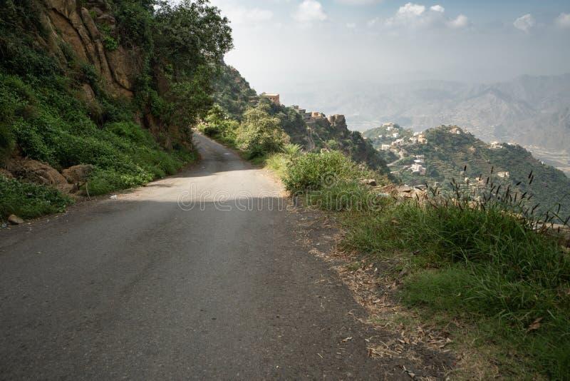 Bergväg i Jizan Provice, Saudiarabien royaltyfria foton