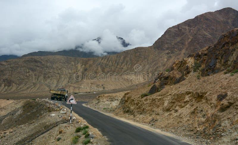 Bergväg i Ladakh, nord av Indien royaltyfria bilder