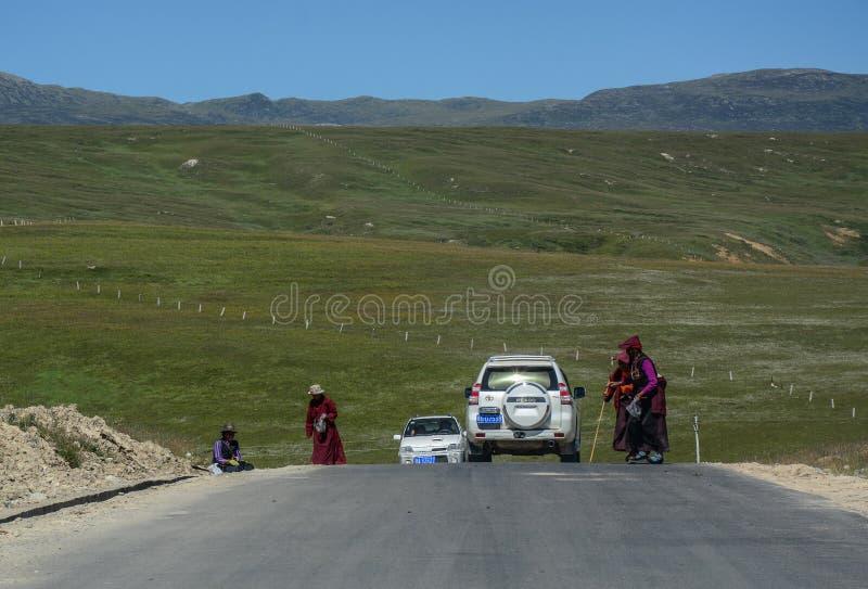 Bergväg i tibetana Kham fotografering för bildbyråer