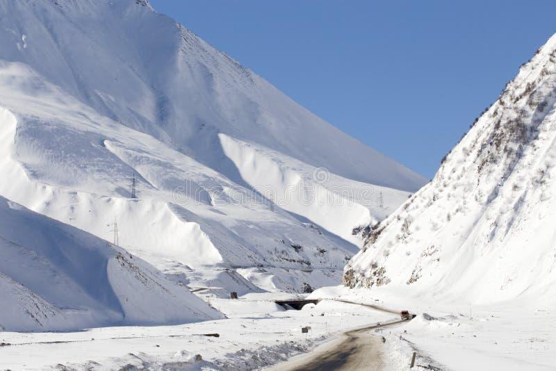 Bergväg i vinter royaltyfri foto