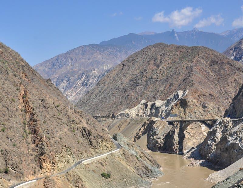 Bergväg i Yunnan, Kina royaltyfri foto