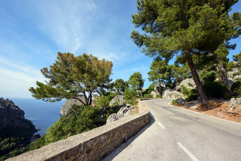 Bergväg längs havet nära by Sa Calobra Ön Majorca, Spanien royaltyfria bilder