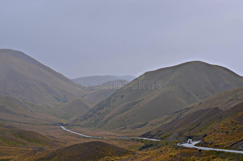 Bergväg, Lindis passerande Nya Zeeland royaltyfria bilder