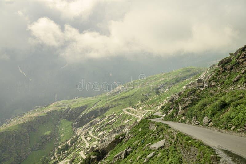 Bergväg med trafik royaltyfria foton