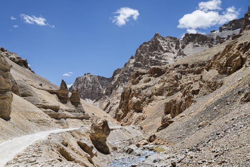 Bergväg och flod royaltyfri bild