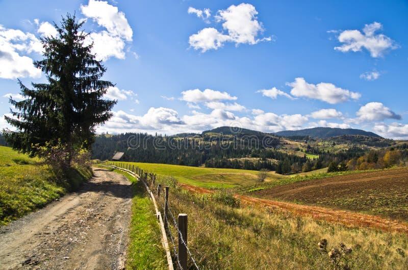 Bergväg och landskap på den soliga dagen för höst, Radocelo berg arkivbilder