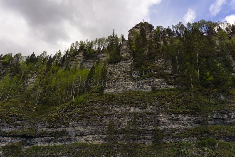 Bergväggen blockerar vägen fotografering för bildbyråer