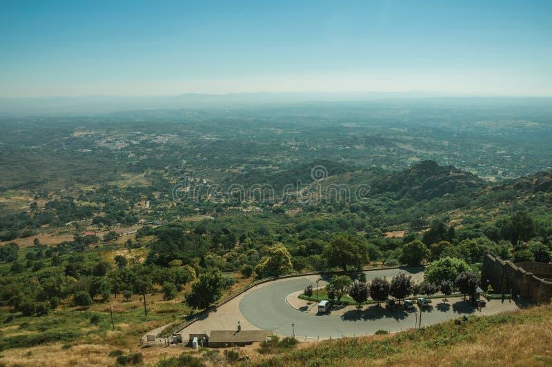 Bergvägkurva på Marvao royaltyfria foton