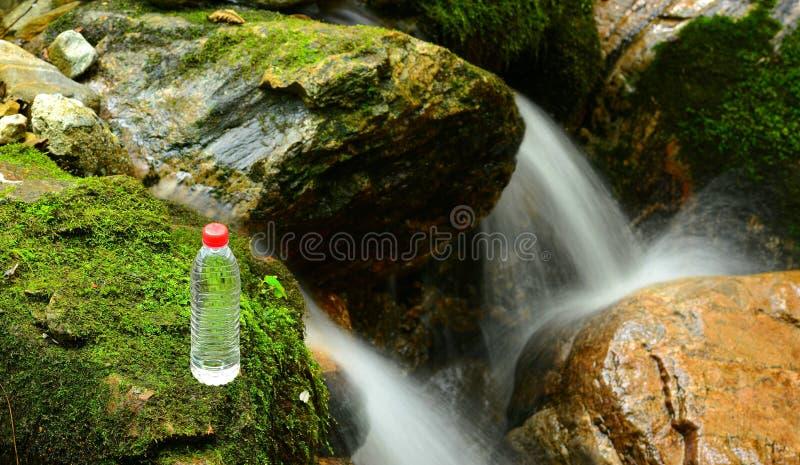 Bergvårvatten royaltyfria bilder