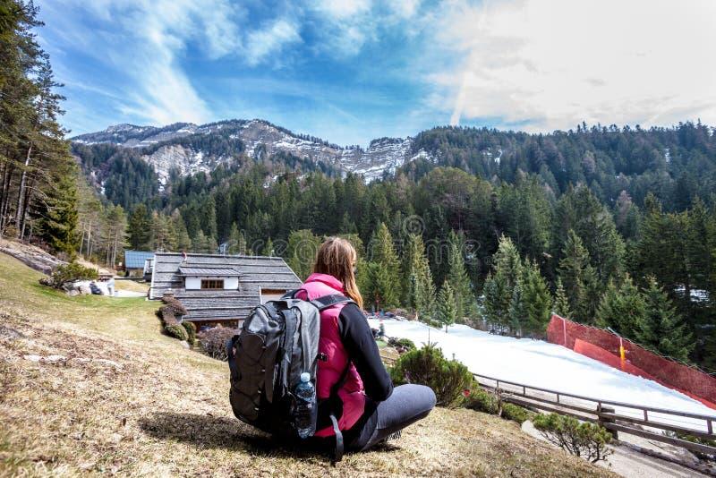 Bergvakantie Wandeling Vrouw en aard Rugzak erachter royalty-vrije stock afbeeldingen