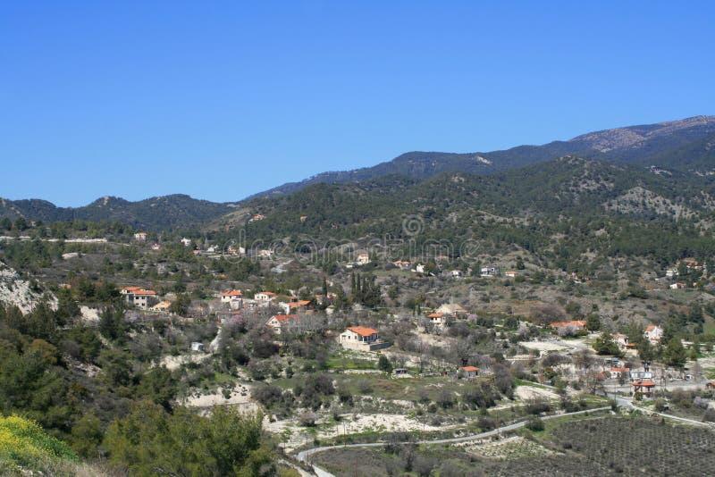 Bergvallei in de lente stock afbeelding
