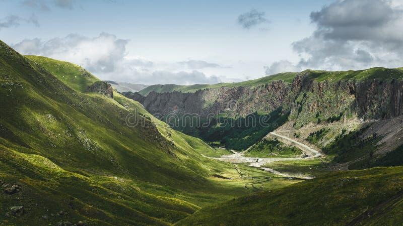 Bergvallei in de zomer, toneel leeg landschap Het noorden Caucasu stock afbeeldingen