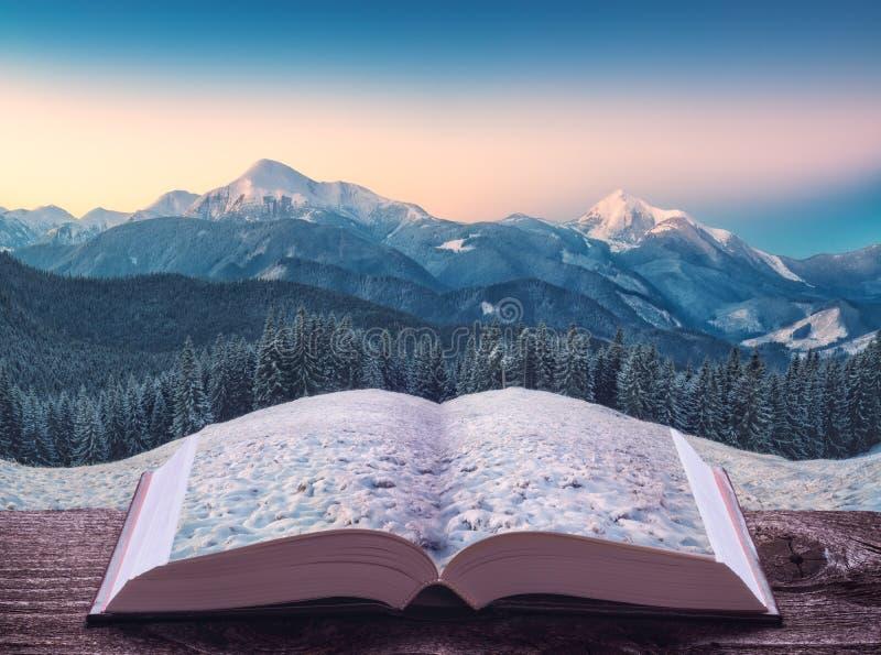 Bergvallei in een licht van zonsopgang op de pagina's van boek stock foto's