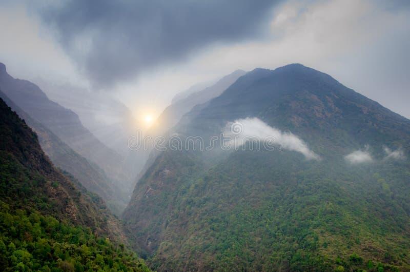Bergvallei met vele heuvels in een mist in Annapurna-waaier, Nep stock afbeelding
