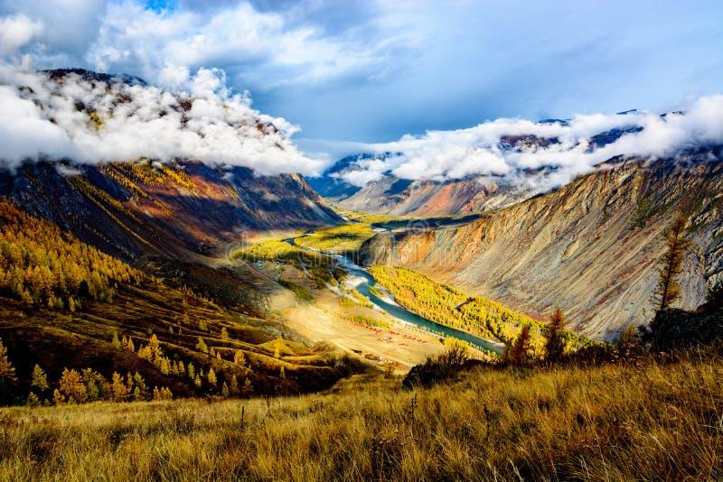 Bergvallei op een zonnige ochtend Rivierstromen door de vallei royalty-vrije stock foto