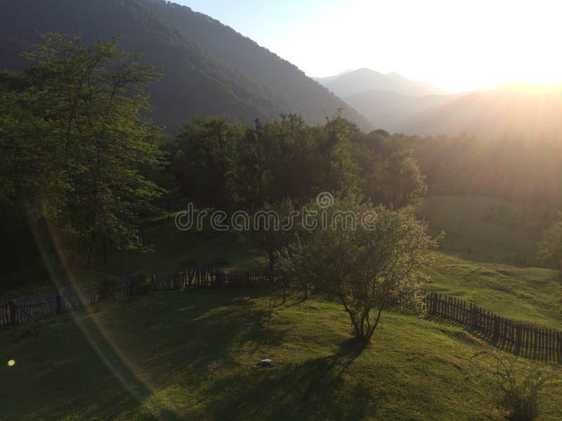 Bergvallei tijdens zonsopgang Natuurlijk de zomerlandschap royalty-vrije stock afbeelding