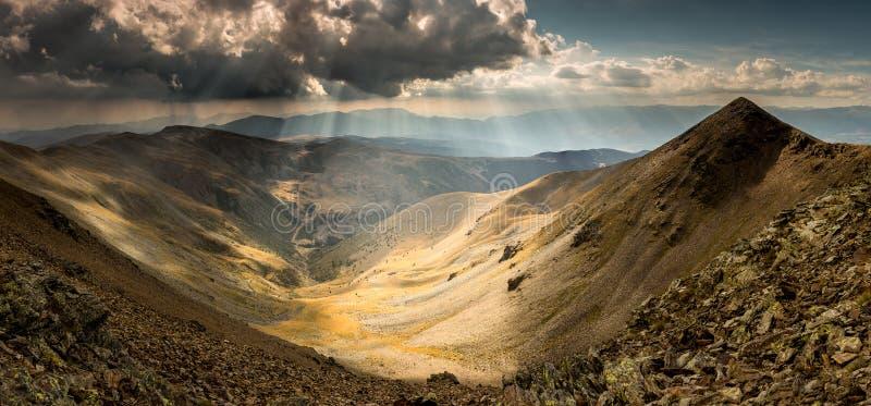 Bergvallei Zonovergoten door Zonstralen in de Pyreneeën stock fotografie
