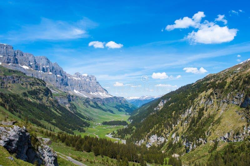 Bergvallei in Zwitserse Alpen stock foto's