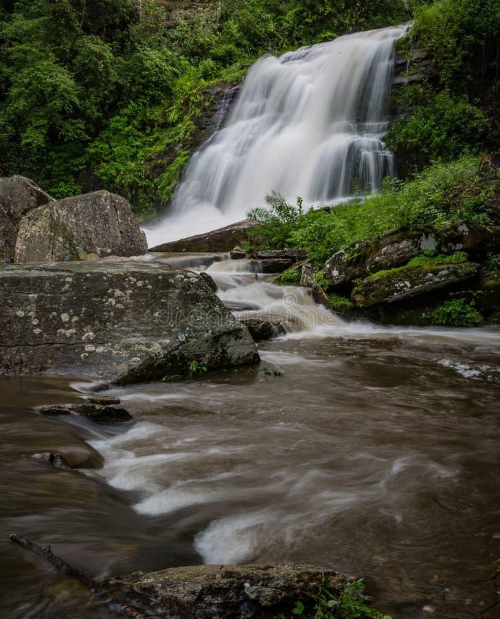 Bergvattenfall i North Carolina fotografering för bildbyråer