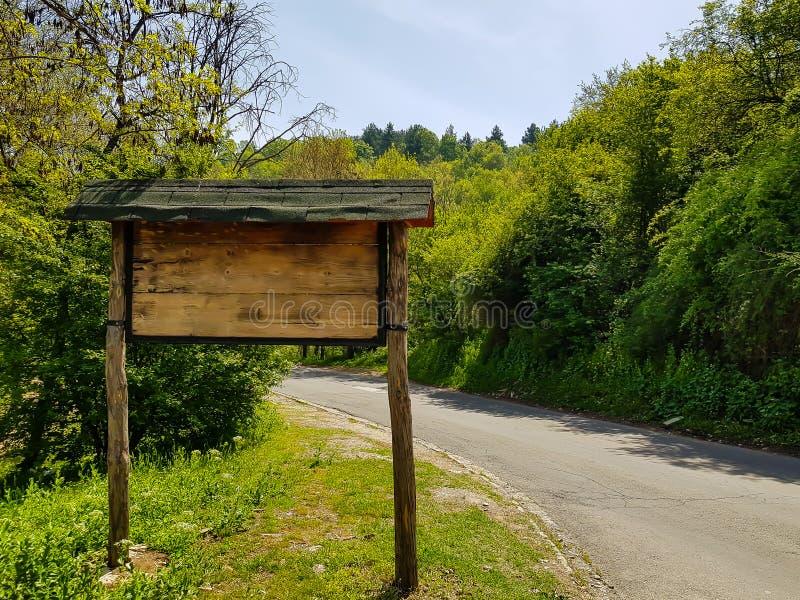 Bergverkeersteken, uit hout naast weg worden gemaakt die stock foto's