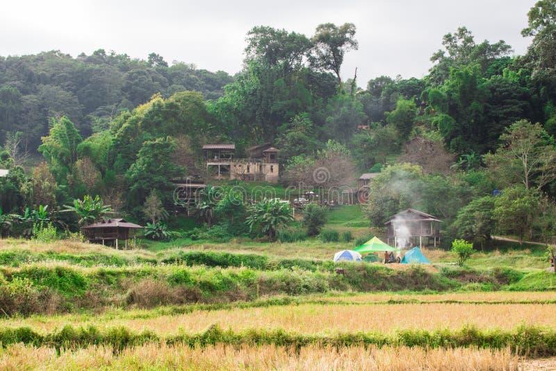 Bergvolkdorf und -rauch, die vom Kochen steigen stockfotografie