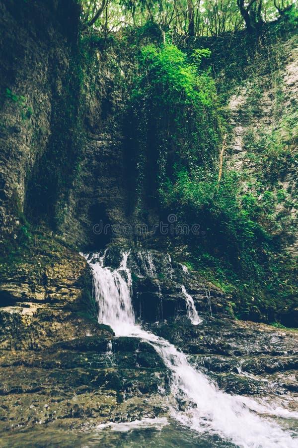 Bergwaterval in de wildernis Rivier in de Wildernis azië De Kayan-mensen zijn een subgroep van de Rode mensen van Karen royalty-vrije stock afbeeldingen