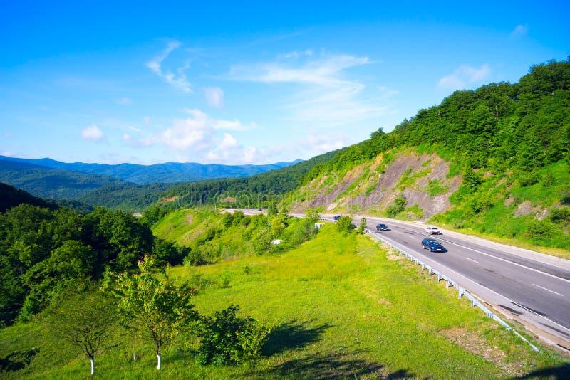 Bergweg in de pas van Goryachy Klyuch van de hoofdrand van de Kaukasus stock foto