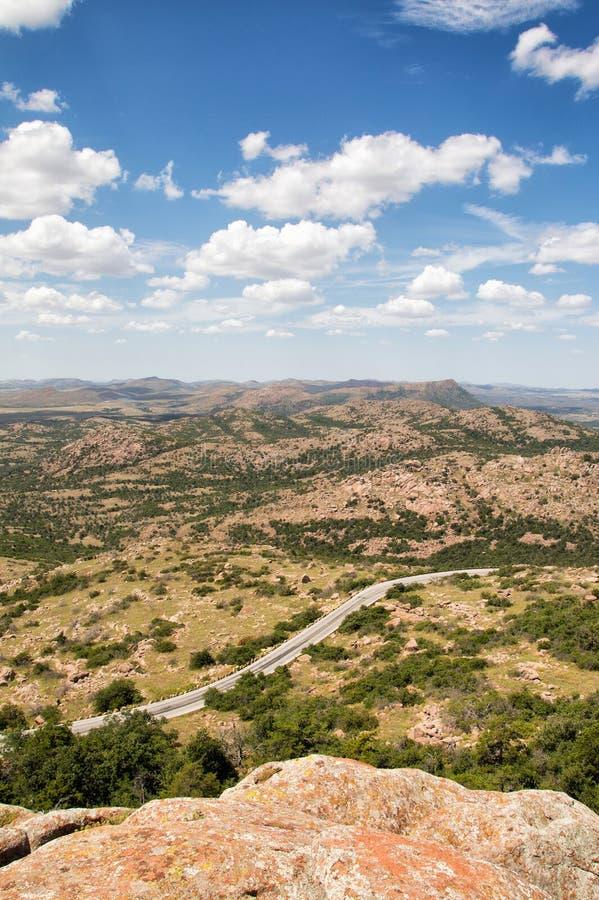 Bergweg die door een dor landschap winden stock foto