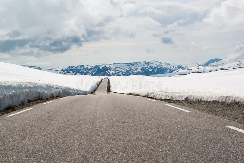 Bergweg door de sneeuw, Nationale Toeristenroute Aurlandsfjellet, Noorwegen stock fotografie