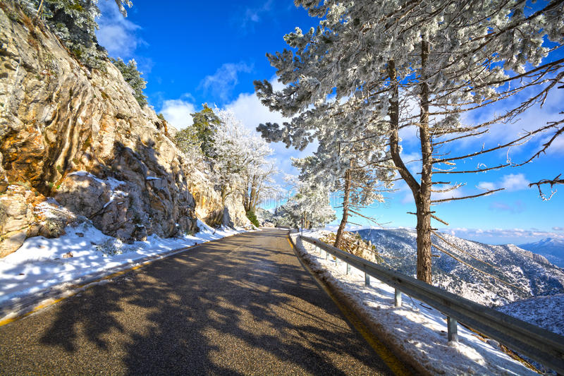 Bergweg in Griekenland stock afbeelding