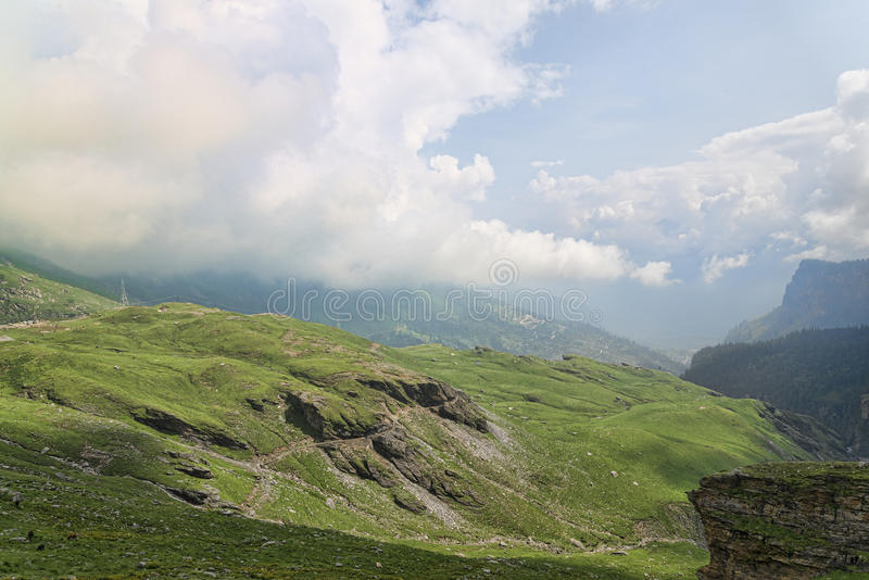 Bergweg in Himalayagebergte stock afbeeldingen
