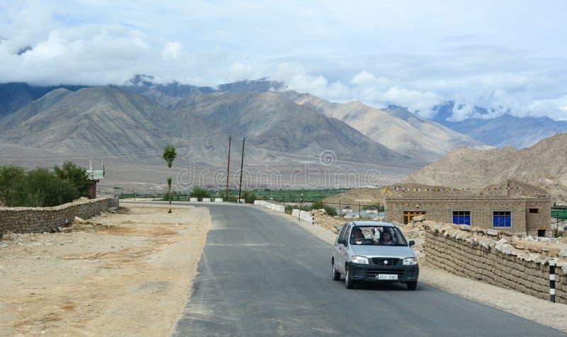 Bergweg in Ladakh, India stock foto's