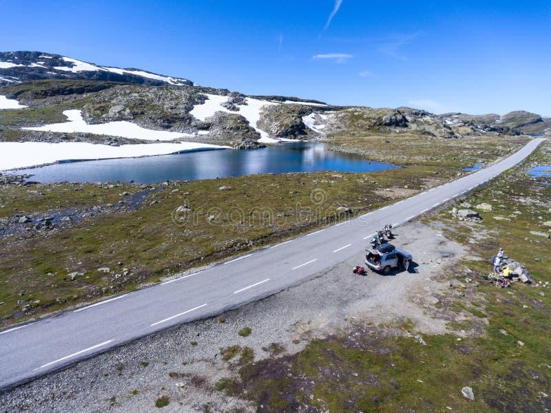 Bergweg met reizigers die rust op auto en motorfietsen betekenen Noorse Toneelroute Aurlandsfjellet noorwegen royalty-vrije stock foto's