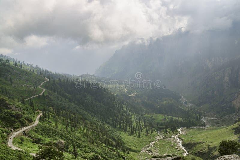 Bergweg onder vallei en rivier stock afbeeldingen