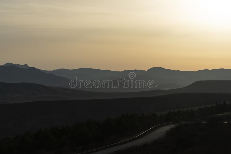 Bergweg op de Krimheuvels als achtergrond stock fotografie